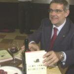 Un bicchiere di vino e una fetta di salame