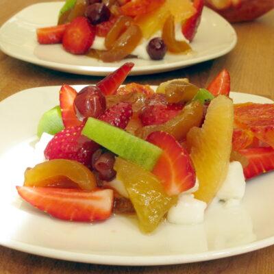 Macedonia di frutta con gelatina di mandorla